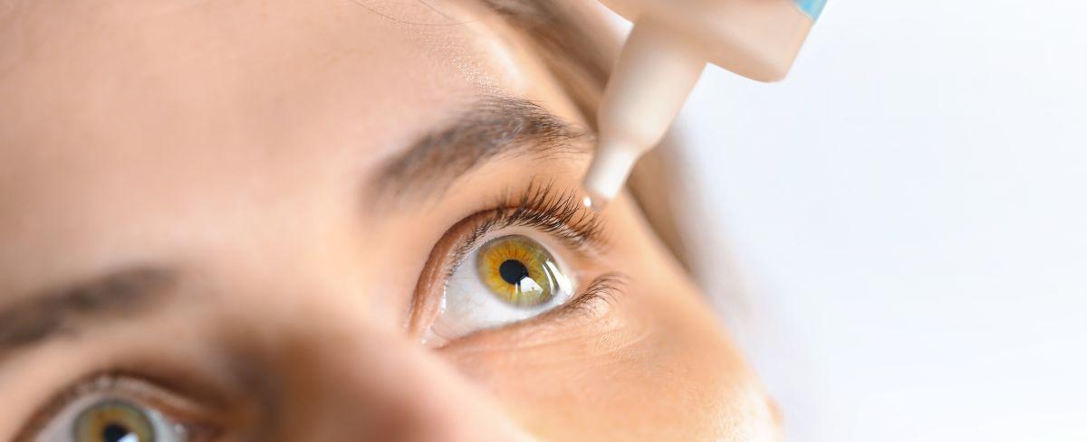 hialuronska kislina v kapljicah za oči, ki si jih vkapava mlada ženska